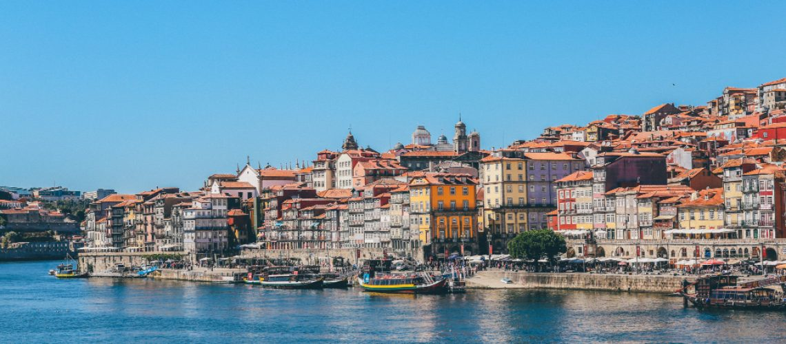 wide-shot-boats-body-water-near-houses-buildings-porto-portugal